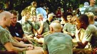 Holländische UN-Blauhelmsoldaten am 16. Juli 1995 in ihrem Camp in Potocari im damaligen Bosnien-Herzegowina