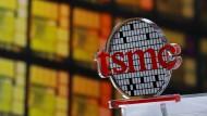 Ein Logo am Hauptsitz des Halbleiterherstellers TSMC in Hsinchu.