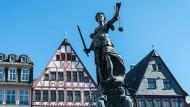 Symbol für die Gerechtigkeit: Die Justitia auf dem Frankfurter Römerberg