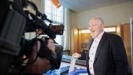 Frans Timmermans, Spitzenkandidat der Sozialdemokratischen Partei Europas (SPE) für das Amt des Präsidenten der EU-Kommission, bei der Stimmabgabe