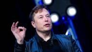 Elon Musk spricht bei einem Auftritt im März 2020.