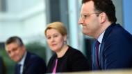 Bundesfamilienministerin Franziska Giffey (SPD) bei einer Pressekonferenz mit Bundesgesundheitsminister Jens Spahn (CDU, rechts) und RKI-Chef Lothar Wieler