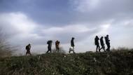 Auch im Jahr 2020 sorgt das Thema Migration für Spannungen: Migranten gehen in der Nähe der türkisch-griechischen Grenze auf einem Hügel entlang.