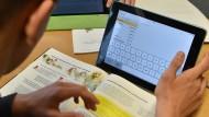 Weg von schweren Schulbüchern und endlosen Heftern: Mit der Gesetzesänderung soll die Digitalisierung an Schulen einziehen.