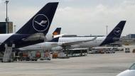 Maschinen der Lufthansa am Frankfurter Flughafen.