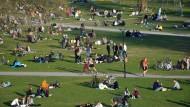 Sonderweg in Schweden: Während im April vielerorts sonst in Europa Wert auf Distanz gelegt wurde, kamen Menschen wie hier im Rålambshov Park in Stockholm zusammen.