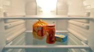 Konfitüre, Toastbrot und Butter stehen in einem Kühlschrank.