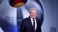 Wir blieben deutsch, wir sprechen deutsch: In Heines Geburtsstadt Düsseldorf nahm Joachim Gauck am 22. November 2019 den Ehrenpreis des Deutschen Nachhaltigkeitspreises 2020 entgegen.