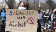 """Eine Frau beteiligt sich vergangenen Sonntag in Darmstadt an einer Kundgebung gegen eine zeitgleich stattfindende Veranstaltung der sogenannten """"Querdenker""""."""
