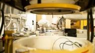 Ein Mitarbeiter in der neuen Bosch-Halbleiter-Fabrik in Dresden