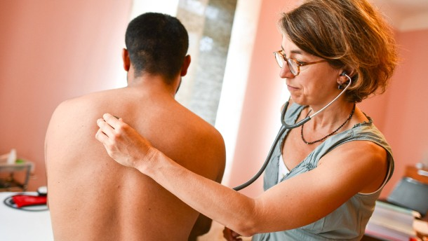 © dpa Eine Ärztin untersucht einen Patienten.