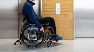 Streit in Wohnhaus um Aufzug: Leidtragender ist ein Rollstuhlfahrer