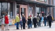 In Hannover dürfen Kunden einen Drogeriemarkt erst nach Aufforderung betreten.