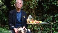 Peter Handke in seinem Garten in Chaville bei Paris