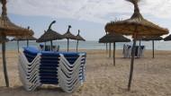 Blick auf den leeren Strand von El Arena auf Mallorca. Nach einer langen Serie von Rekordjahren bleiben die Touristen plötzlich weg.