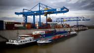 Der Himmel ist grau über der deutschen Wirtschaft, nicht nur über dem Duisburger Industriehafen.