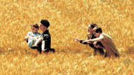 """Grausam schön: Der Menschenstrom 1940 nach dem deutschen Einmarsch, den André Téchiné in seinem Film """"Die Flüchtigen"""" (2003) ins Bild gesetzt hat, ist ein zentrales Motiv in Lemaitres Roman."""
