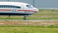 ICE oder Flugzeug? TUI fly wirbt für die Anreise mit dem Zug zum Flughafen (Archivbild von 2013)