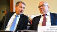 Björn Höcke (l), Fraktionsvorsitzender der AfD im Thüringer Landtag, und Jürgen Pohl, Bundestagsabgeordneter der AfD, bei einer Verhandlung zur Einstufung der AfD als Prüffall.