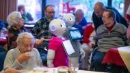 Was darf es sein, der Lieblingssong oder eine kurze Plauderei? Die Roboter Pepper und Peppa können sogar tanzen.