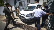 Ein Transporter bringt die Angeklagten im Fall der getöteten Touristinnen aus Skandinavien zum Anti-Terror-Gericht in Salé.