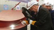Erodgan schweißt im Dezember 2019 an einem Militär-U-Boot