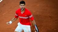 Novak Djokovic feiert seinen Sieg im Viertelfinale der French Open.