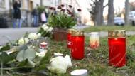 Am Tatort in Basel legten schockierte Anwohner Blumen ab und stellten Kerzen auf.