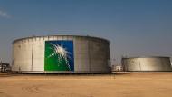 Öltanks in Saudi-Arabien: Das Land benötigt nach früheren Angaben einen Ölpreis von 83 Dollar, um den Staatshaushalt ohne Kreditaufnahme zu finanzieren.