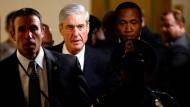 Sonderermittler Robert Mueller verlässt den Senat nach einer Anhörung im Juni 2017.