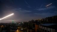 Eine syrische Luftabwehrrakete fliegt am Himmel über Damaskus - hier nach einem israelischen Angriff auf iranische Ziele in Syrien im Januar