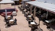 Ein leeres Restaurant auf Menorca in Spanien