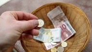 Wie viel haben Sie dieses Jahr gespendet? Die Deutschen spenden größere Summen als zuvor, aber weniger Menschen sind zum Spenden bereit.