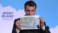 Der französische Präsident Emmanuel Macron zeigt bei einer Pressekonferenz in Saint-Gervais-les-Bains im Februar eine Karte des Mont Blancs.