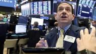 Händler Tommy Kalikas blickt gebannt auf einen der vielen Bildschirme an der New Yorker Börse