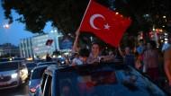 """Freude auf Istanbuls Straßen: """"Die Demokratie hat gewonnen."""""""