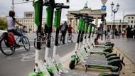 E-Roller vor dem Brandenburger Tor