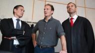 Alexander Falk (Mitte) mit seinen Anwälten, die einen neuen Befangenheitsantrag angekündigt haben. (Archivbild)