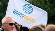 Anhänger der Werteunion gedenken vergangenen Sommer dem Bau der Berliner Mauer vor 58 Jahren.