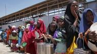 Geflüchtete somalische Mädchen warten im Jahr 2017 in einem Flüchtlingscamp in Mogadischu auf die Ausgabe von Nahrungsmitteln.