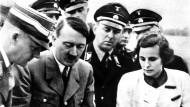 Leni Riefenstahl und Adolf Hitler bei einer Filmbesprechung über den Reichsparteitag in Nürnberg