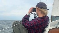 Wenig Platz, aber die Weite im Blick: Henri Pettersson auf seinem Boot in Kiel.