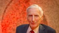 Lord Rees bei seiner Lesung im Vodafone-Institut in Berlin