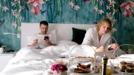 Maren (Rosalie Thomass) und Dennis (Friedrich Mücke) wiegen sich im Hotel in Sicherheit, doch Gangster Henning Karoske (Thomas Loibl) ist nicht fern.