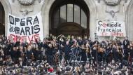 Streikende Musiker des Pariser Opernorchesters am 18. Januar 2020 vor dem Palais Garnier.