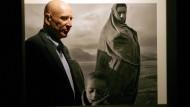 Sebastião Salgado im mai 2007 in einer Ausstellung in Madrid vor seiner Aufnahme von Flüchtlingen im Lager Korem in Äthiopien