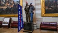 """Amerikanisches Allerheiligstes: ein Trump-Fan in der Rotunde des Kapitols zwischen den Gemälden """"Entdeckung des Mississippi"""" und """"Landung des Columbus"""""""