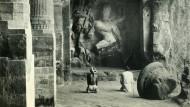 Seltsame Götter: Den Christ und den Muslim wundert, was der Inder da anbetet – Shiva-Darstellung im Tempel von Elephanta, ca 1930.