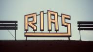 Das Logo des RIAS Berlin («Rundfunk im amerikanischen Sektor») auf dem Dach des Rundfunkhauses im Stadtteil Schöneberg. Der Radiosender wäre am 07.02.2021 75 Jahre alt geworden. Als «Drahtfunk im amerikanischen Sektor» war die Welle erstmals am 7. Februar 1946 auf Langwellen-Frequenz zu hören gewesen.