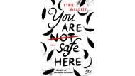 """Kyrie McCauley: """"You are (not) safe here"""". Roman. Aus dem Englischen von Uwe-Michael Gutzschhahn. dtv, München 2020. 400 S., br., 14,95 €. Ab 14 J."""